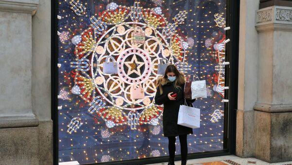 Una donna in mascherina davanti a una vetrina di un negozio - Sputnik Italia