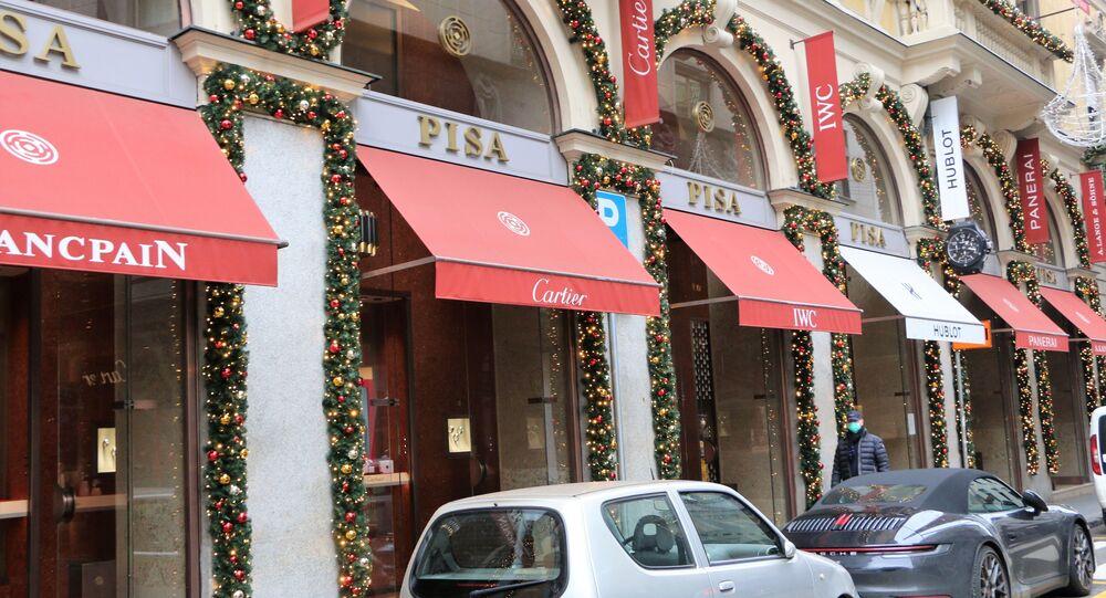 Le vetrine dei negozi decorate per il Natale