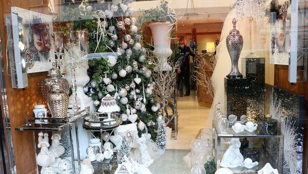 Addobbi natalizi in una vetrina di un negozio - Sputnik Italia
