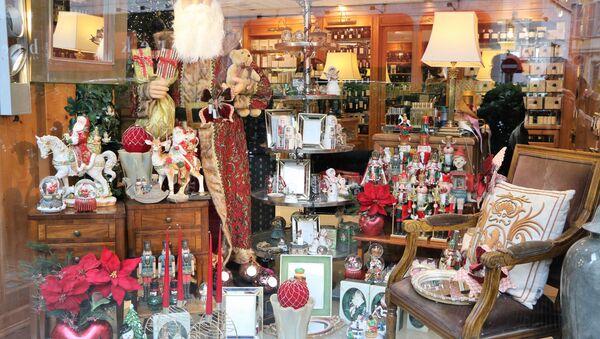Babbo Natale in una vetrina di una negozio - Sputnik Italia