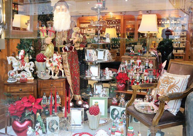 Babbo Natale in una vetrina di una negozio