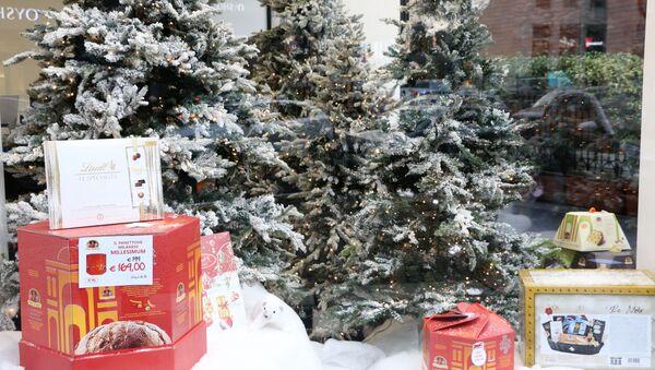 Vetrina di un negozio con gli alberi di Natale e i dolci - Sputnik Italia