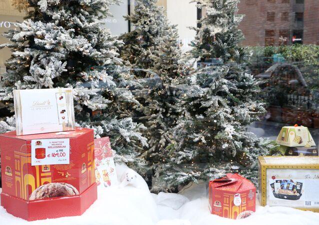 Vetrina di un negozio con gli alberi di Natale e i dolci