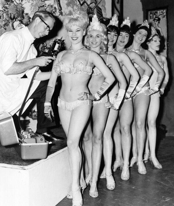 Ragazze che si vaccinano contro l'influenza a Londra, 1963 - Sputnik Italia