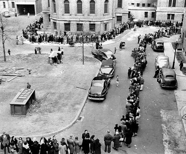 Coda per la vaccinazione contro il vaiolo a New York, 1947 - Sputnik Italia