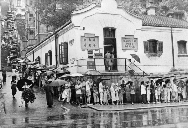 La fila per la vaccinazione contro il colera davanti a un centro medico di Hong Kong, 1961 - Sputnik Italia