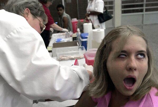 Una studentessa durante la vaccinazione in Ohio, 2001 - Sputnik Italia