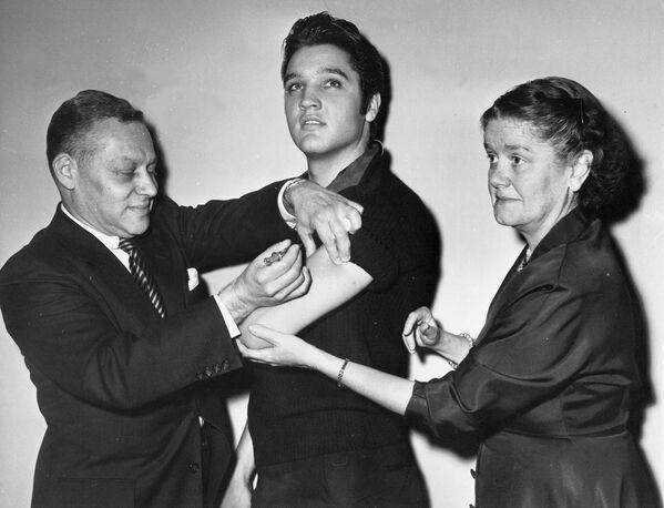 Il cantante Elvis Presley viene vaccinato contro la poliomielite a New York, 1956 - Sputnik Italia
