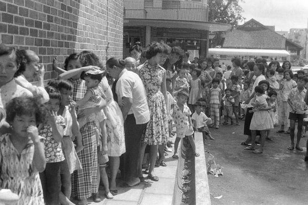 Persone in coda per il vaccino contro il vaiolo a Singapore, 1959 - Sputnik Italia