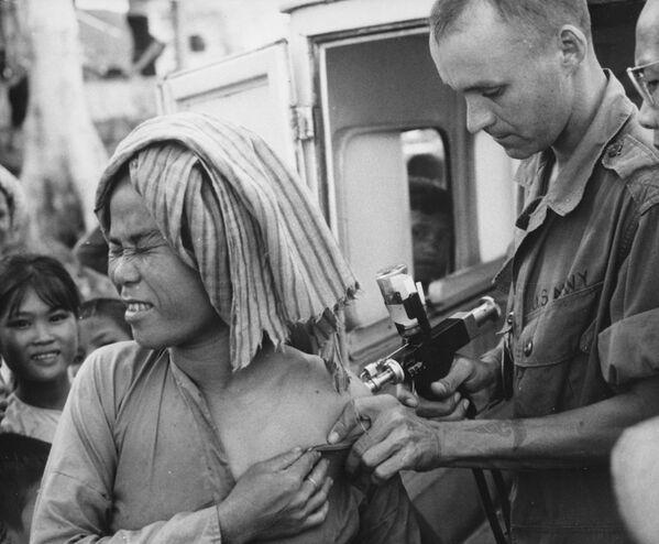 Vaccinazione contro il colera in Vietnam, 1966 - Sputnik Italia