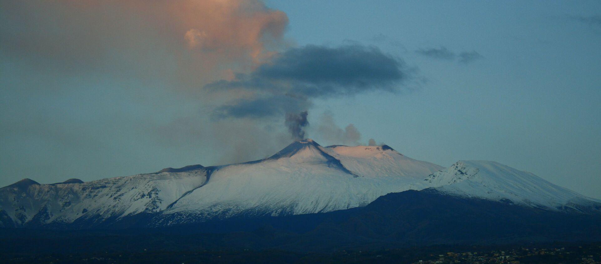 L'Etna erutta: fontane di lava dal cratere Sud-Est - Sputnik Italia, 1920, 09.04.2021