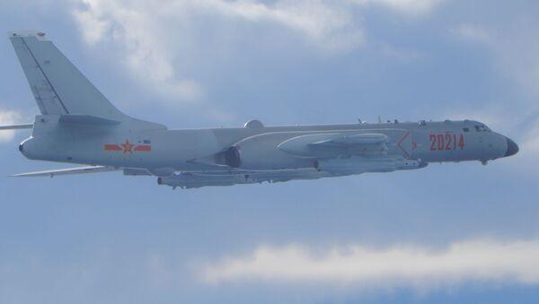 Un bombardiere H-6 dell'Esercito popolare di liberazione (PLA) vola in missione vicino alla linea mediana nello stretto di Taiwan, che funge da cuscinetto non ufficiale tra Cina e Taiwan, il 18 settembre 2020. - Sputnik Italia