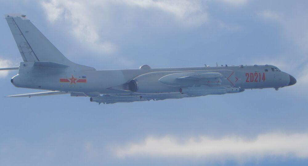 Un bombardiere H-6 dell'Esercito popolare di liberazione (PLA) vola in missione vicino alla linea mediana nello stretto di Taiwan, che funge da cuscinetto non ufficiale tra Cina e Taiwan, il 18 settembre 2020.