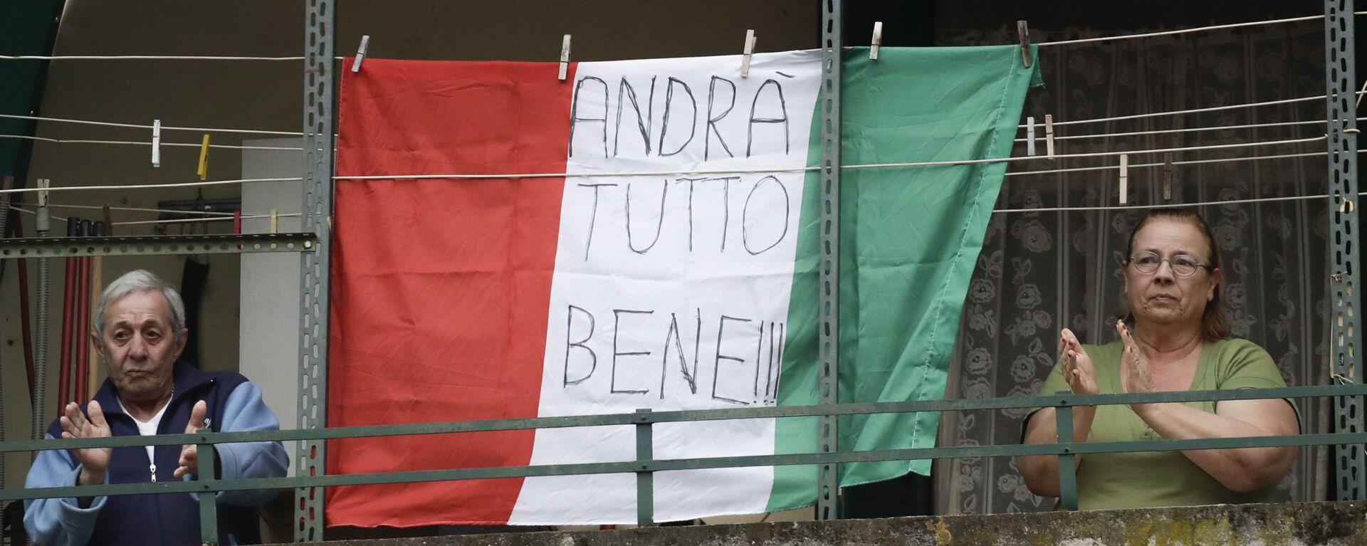 Coppia di anziani sul balcone con la bandiera dell'Italia con la scritta Andrà tutto bene a Roma - Sputnik Italia, 1920, 21.04.2021