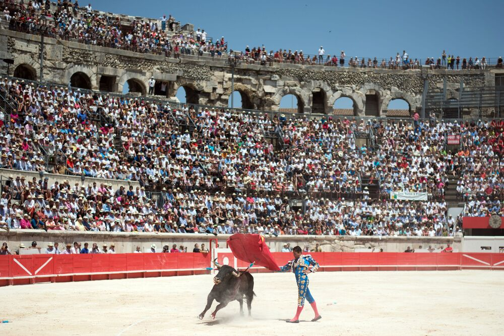 Matador spagnolo con un toro durante la festa di Pentecoste a Nimes, Francia