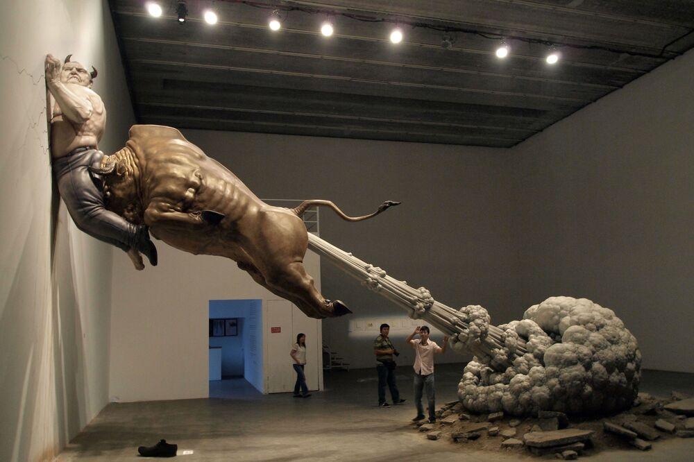 Una scultura che critica la crisi finanziaria globale dell'artista cinese Chen Wenling in una galleria di Pechino