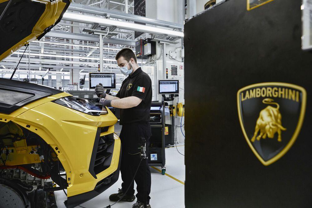 Operaio presso lo stabilimento produttivo Lamborghini di Sant'Agata Bolognese, Italia