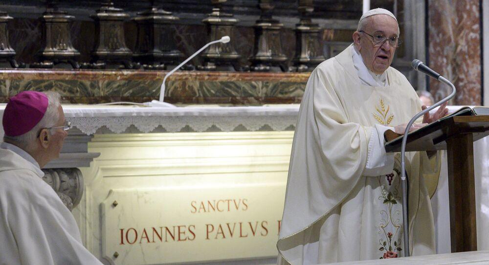 Papa Francesco celebra la messa in Vaticano