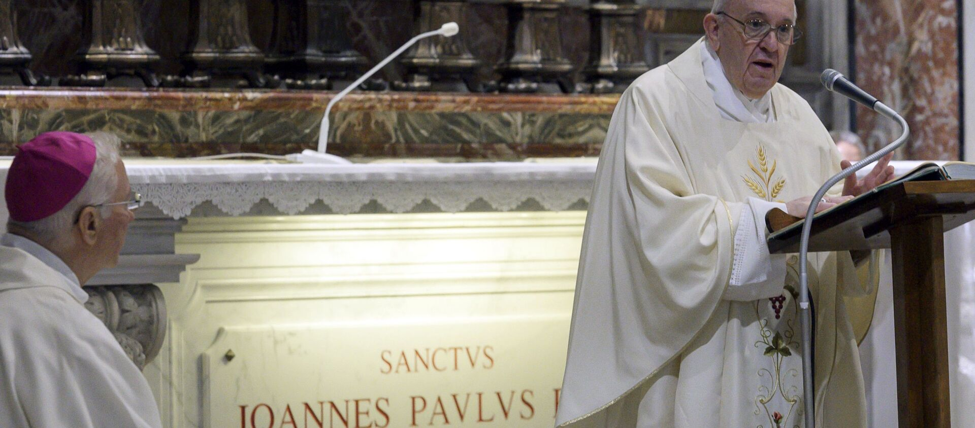 Papa Francesco celebra la messa in Vaticano - Sputnik Italia, 1920, 16.05.2021