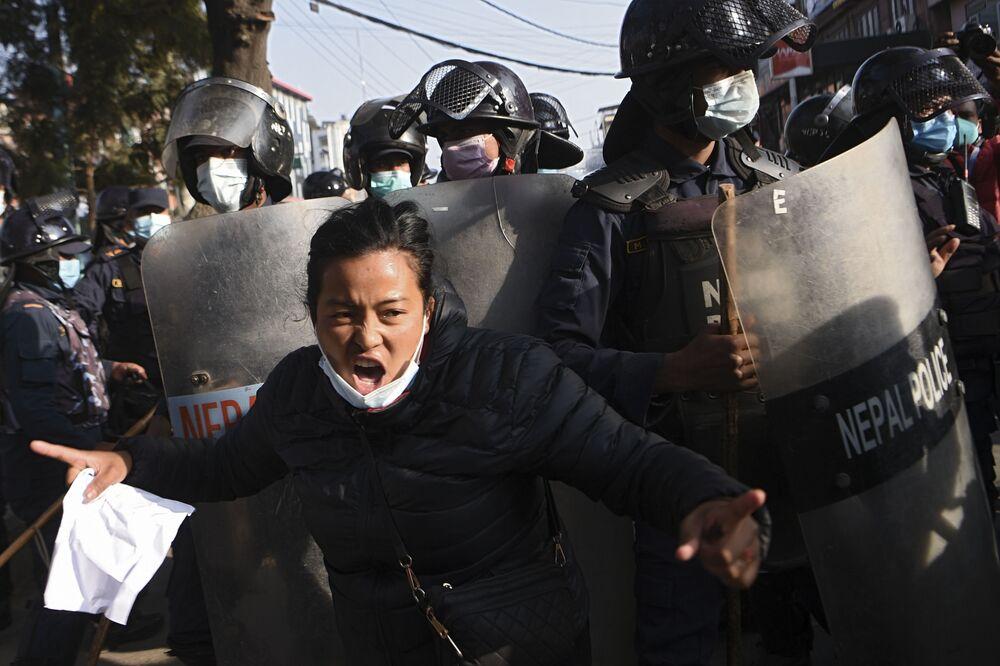 Una manifestante durante le proteste dopo che il parlamento è stato improvvisamente sciolto a Kathmandu, Nepal, il 20 dicembre 2020