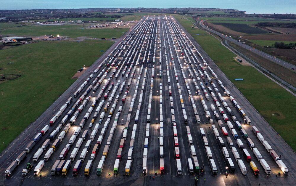 Vista dall'alto dei camion bloccati al confine con il Regno Unito