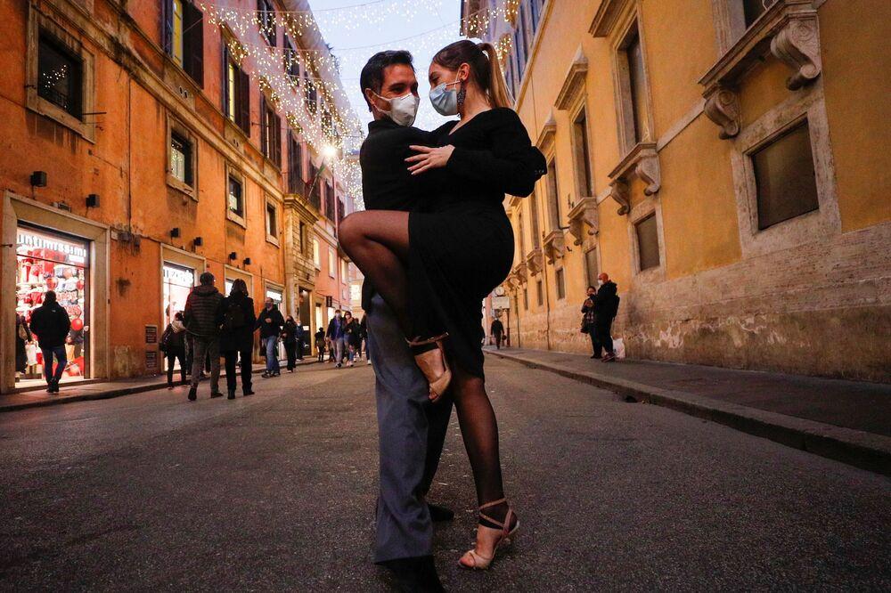 La gente balla il tango per strada a Roma alla vigilia del lockdown di Natale, Italia