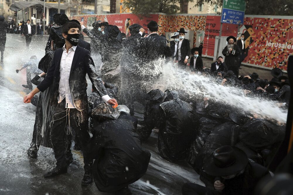 La polizia israeliana ha usato un cannone ad acqua contro uomini ebrei ultraortodossi che hanno bloccato la strada durante una manifestazione a Gerusalemme, martedì 22 dicembre 2020