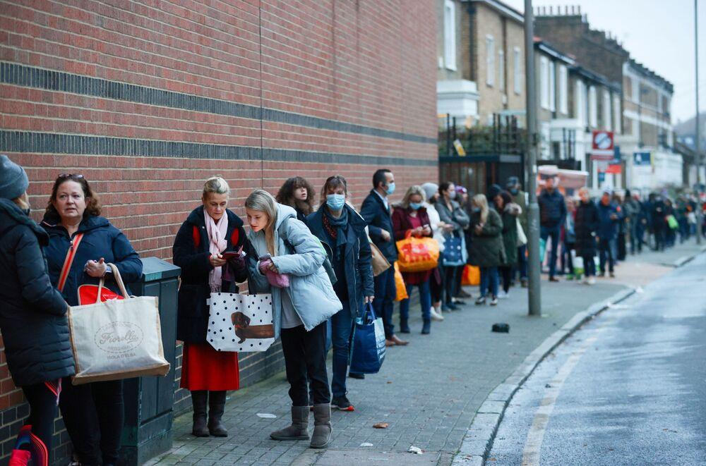 La gente in coda fuori dal supermercato Waitrose and Partners a Londra, Regno Unito