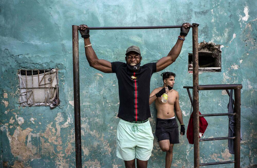 Un uomo che fa sport su una strada a l'Avana, Cuba