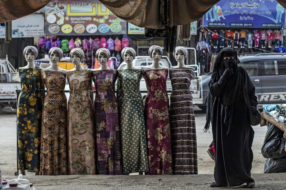 Una donna nella città siriana di Raqa