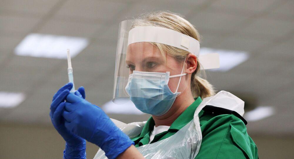 Una volontaria ai corsi di vaccinazione, Gran Bretagna