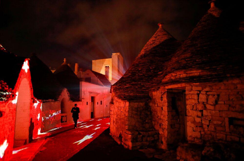 Illuminazione natalizia sulle strade di Alberobello, Puglia, Italia, il 24 Dicembre 2020.