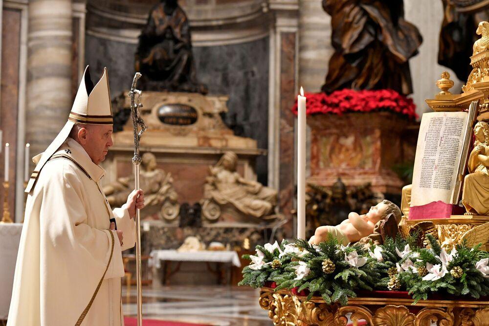 Papa Francesco celebra la messa di Natale nella Basilica di San Pietro in Vaticano.