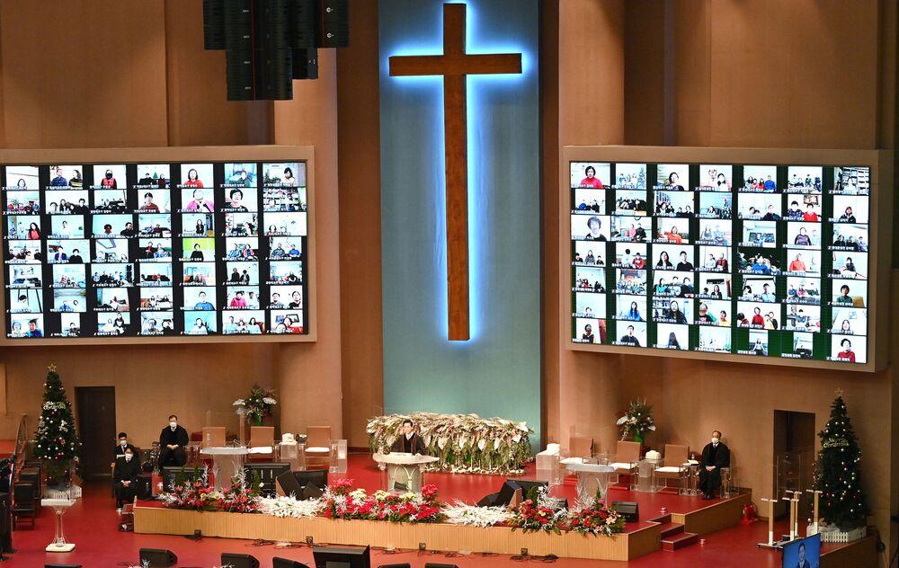 Diretta di una messa di Natale in una chiesa a Seoul, Corea del Sud, il 25 Dicembre 2020.