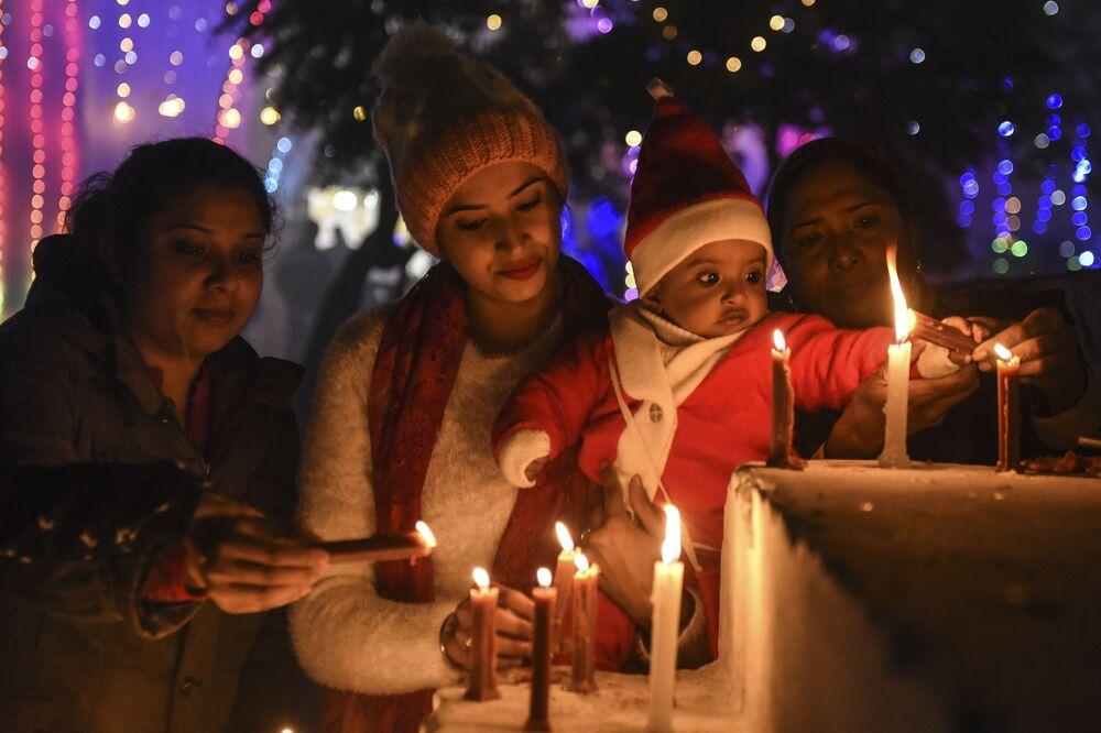 I fedeli accendono le candele alla vigilia di Natale in un cattedrale a Amritsar, India, il 24 Dicembre 2020.