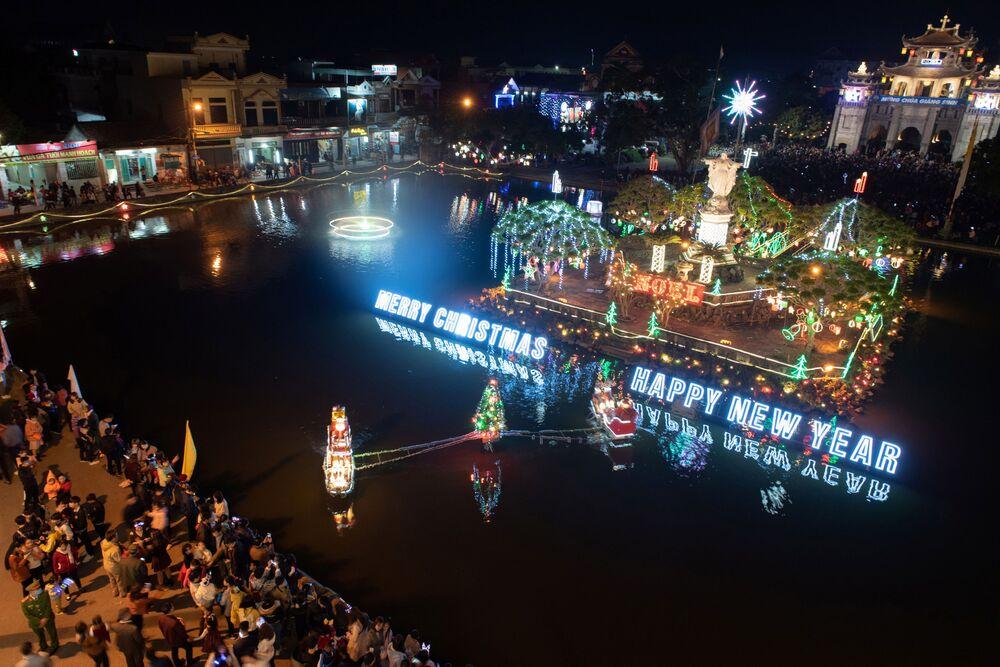 Le decorazioni natalizie durante la messa alla Vigilia di Natale nella cattedrale Phat Diem, Vietnam, il 24 Dicembre 2020.