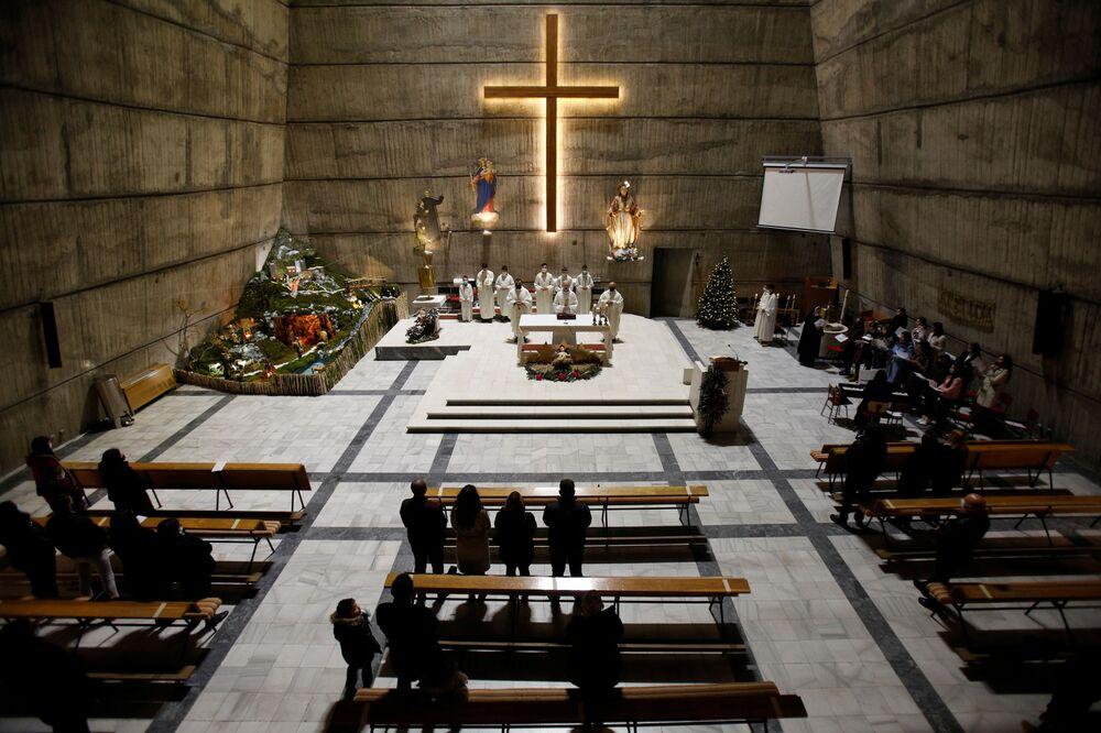 I fedeli durante la messa di Natale nella chiesa del Sacro Cuore di Gesù a Podgorica, Montenegro, il 25 Dicembre 2020.