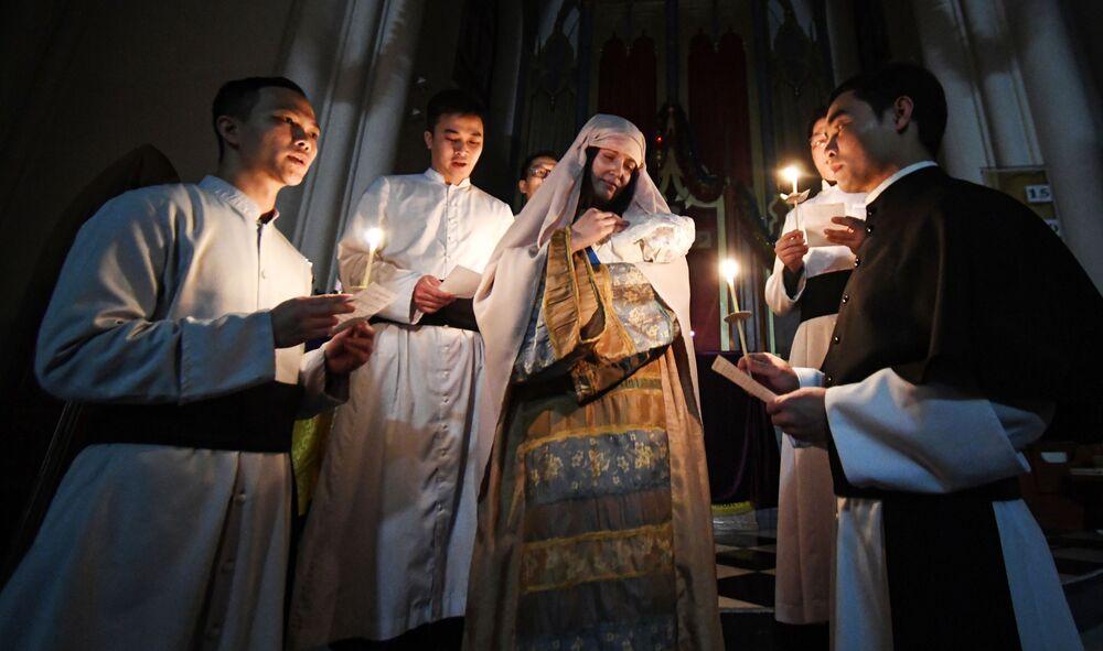 I sacerdoti nel corso delle celebrazioni di Natale in una chiesa cattolica a Vladivostok, Russia.