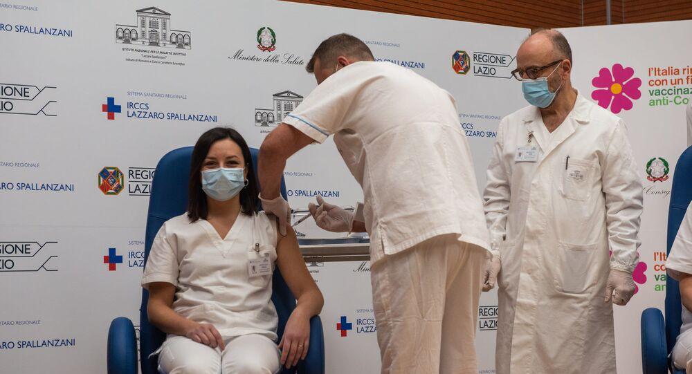 I primi operatori sanitari vaccinati allo Spallanzani