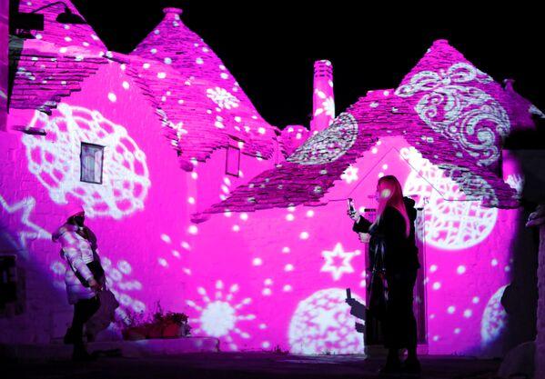 L'installazione di luci in occasione del Natale ad Alberobello, Puglia, il 23 Dicembre 2020.  - Sputnik Italia
