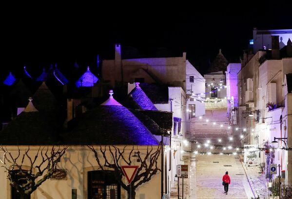 La città di Alberobello decorata con l'installazione di luci in occasione del Natale, Puglia, il 23 Dicembre 2020.  - Sputnik Italia