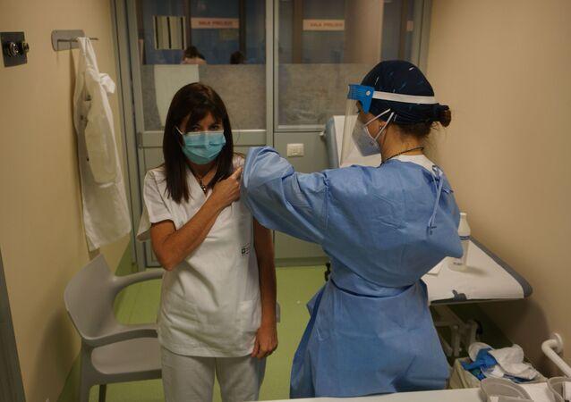 Iniezione del vaccino ad un'operatrice sanitaria