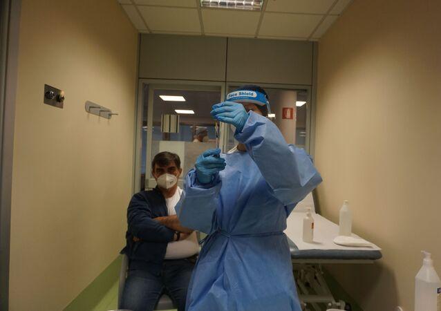 Un'operatrice sanitaria tiene la siringa con il vaccino contro il coronavirus
