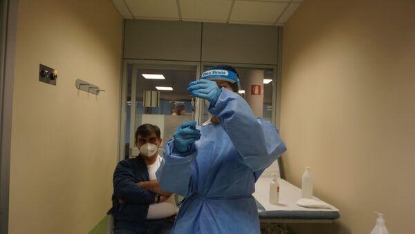 Un'operatrice sanitaria tiene la siringa con il vaccino contro il coronavirus - Sputnik Italia