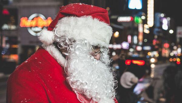 Uomo vestito da Santa Claus - Sputnik Italia