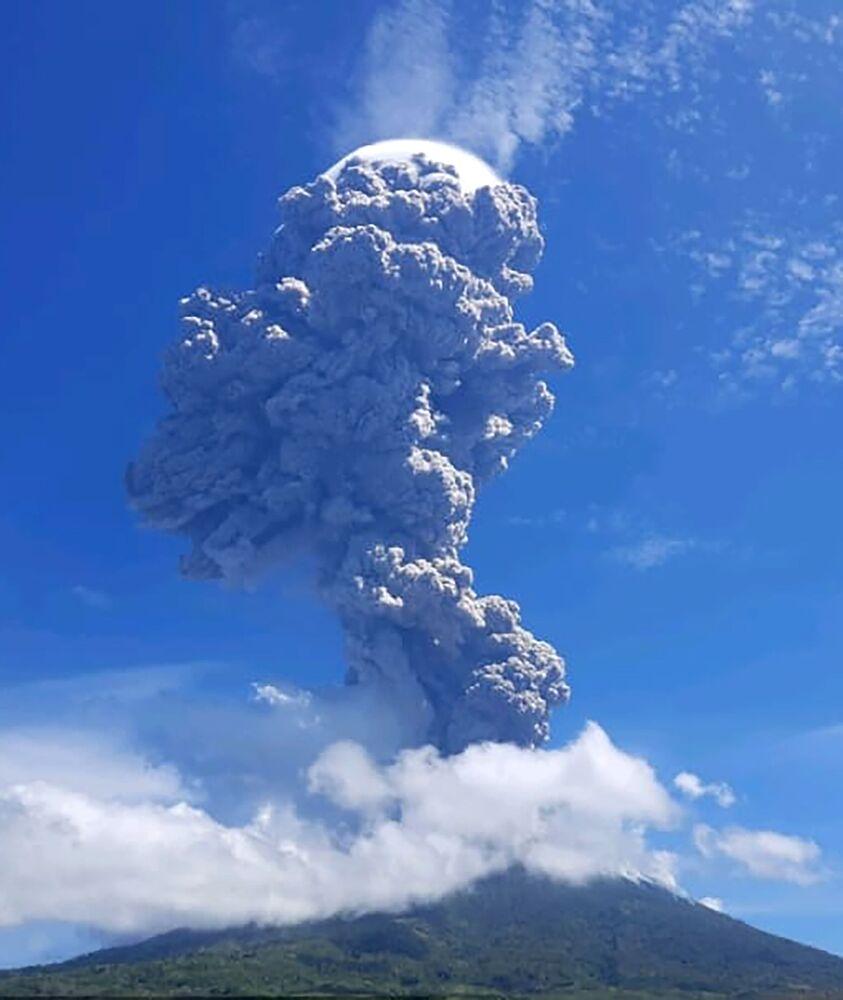 L'eruzione del vulcano indonesiano Lewotolo