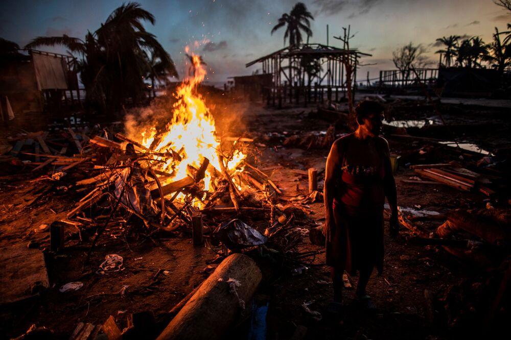 Le persone bruciano i rifiuti rimasti dopo l'uragano Iota a Bilwi, in Nicaragua