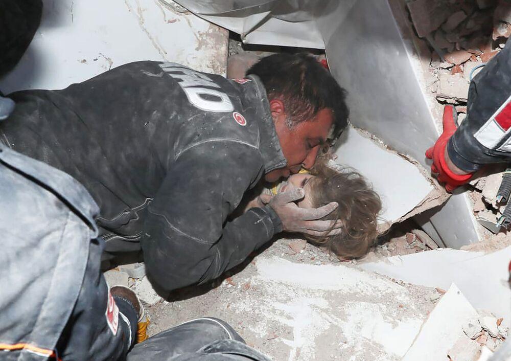 I soccorritori turchi tirano fuori dalle macerie una bambina dopo il terremoto di Izmir