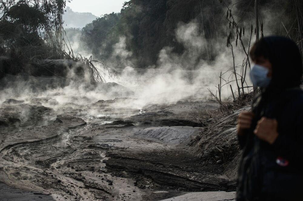 Le conseguenze dell'eruzione del vulcano Semeru sull'isola di Giava, in Indonesia