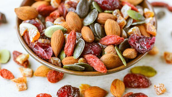 Сухофрукты и орехи на блюде - Sputnik Italia